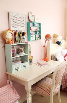 Mesa de estudos para as meninas. Linda inspiração!