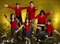 Rachel (Lea Michelle, Mitte), Tina (Jenna Ushkowitz), Kurt (Chris Colfer), Finn (Cory Monteith), Mercedes (Amber Riley) und Artie (Kevin