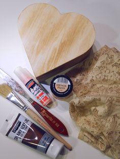 Stencilezett dekorációt készíthetünk nem használt csipkedarabokból, vagy függöny maradékból, így egyedi módon díszíthetjük alkotásainka... Decoupage, Stencils, Crafts, Vintage, Amigurumi, Creative, Manualidades, Templates, Handmade Crafts