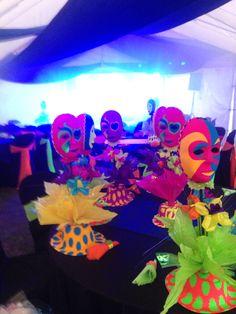Centros de mesa para fiesta neon Neon Birthday, Birthday Parties, Glow In Dark Party, Hip Hop Party, Blacklight Party, Neon Party, Neon Glow, Cool Themes, Work Party