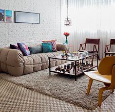 ideia boa: mesa de centro MTrancoso (ferro oxidado + madeira de demolição) usada para expor coleção! {foto: Lufe Gomes/ Casa e Jardim}