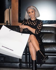 A'Janii Sapphire Winter is a 18 year old makeup artist from. Cardi B Photos, Bodak Yellow, Girls Run The World, Old Makeup, Online College, American Rappers, Business Outfits, Business Clothes, Iconic Women