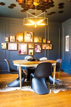 60 идей зеркальных потолков: универсально и эффектно http://happymodern.ru/zerkalnye-potolki/ Потолок, украшенный зеркальными сотами, смотрится неповторимо и очень красиво