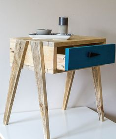 Création de petit mobilier fabriqué à partir de bois de palette revalorisé.