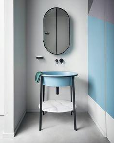 Substituindo a tradicional bancada, a cuba azul ganhou ainda mais destaque no espaço com sua esbelta estrutura em aço! O volume enxuto e elegante é uma opção compacta e ideal para ambientes pequenos e lavabos.