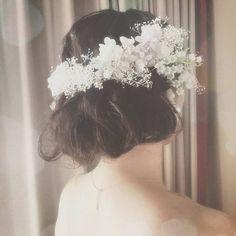 ミディアムヘアをふんわりボブにアレンジ。真っ白な様々な花がきらめいているみたい。
