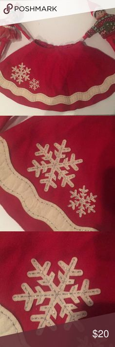 Baby GAP Red Felt Skater skirt 18/24 M 3T 3 Gorgeous classic red skater felt skirt Fully lined Silver sparkle on trim By Baby Gap Size 18/24 months ( runs a little big in my opinion) Great gently used condition! Worn only a couple times for Christmas and photos with Santa! I'm pretty sure my daughter wore this up until she was 3!  Looked adorable with furry white boots, tights and a festive sweater! Sad to let this one go!!! Smoke free/pet free baby Gap Bottoms Skirts