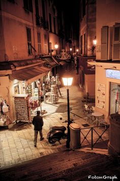 The closure of shops strike the beginning of the night in the Old town of Nice.