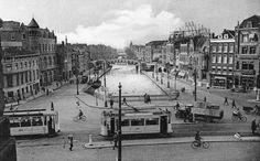 We kijken de Schiekade in. De brug over het water is de spoorbrug tussen Delftsche Poort en het luchtspoor naar het Beursstation. De trams rijden op het Slagveld en de fotograaf staat op de Delftsche Poort. Met dank aan Roel van den Bosch voor de tekst.