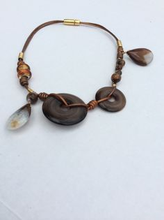 Collar de cuero, piedras, y alambre. Materiales Farfalla,Costa Rica