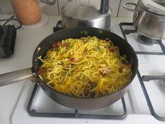 lekker en snel;verse spaghetti even koken, andere pan olijf olie met spekjes en Italiaanse kruiden 2volle theelepels  smoren en naar eigen inzicht paprika en tomaten wat er van restjes over is alles is goed...smakelijk eten.