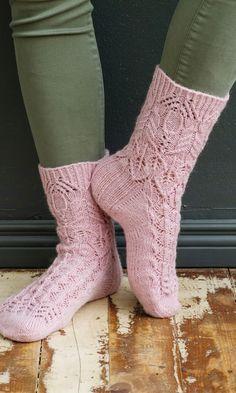 Merja Ojanperän Haave vain -pitsineulesukat | Meillä kotona Crochet Socks, Knitting Socks, Crochet Clothes, Crochet Lace, Wool Socks, Happy Socks, Textiles, Knitting Accessories, Ankle Socks