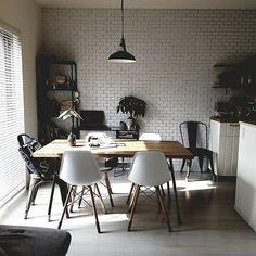 『ホワイトタイルのある部屋』サブウェイタイルを始めとした白いタイルやタイル風の壁紙が人気です。キッチンなどの水周りだけでなくリビングなどでも。1,000枚以上のサブウェイタイルの部屋実例を参考にしてみてください⠀⠀ .⠀⠀ Photo:erichel(RoomNo.536307) ▶︎この部屋のインテリアはRoomClipのアプリからご覧いただけます。アプリはプロフィール欄から⠀⠀ .⠀⠀ 投稿イベント開催中です【まもなく終了する投稿イベント】『暖炉インテリア〜12/18』『我が家のイルミネーション〜12/18』…