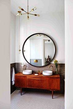 Minimalist vintage bathroom - Design duo Nicemakers have turned this classic but worn Dutch townhouse on Amsterdam's Amstel River into a vibrant family home. By Marc Heldens. Photographed by Alan Jensen. Bad Inspiration, Decoration Inspiration, Bathroom Inspiration, Decor Ideas, Bathroom Ideas, Mirror Inspiration, Bathroom Goals, Bathroom Trends, Retro Home Decor