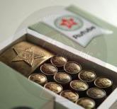 Армейский шоколад В наборе 12 шоколадок в виде форменных пуговиц и 1 в виде пряжки (бляхи) армейского ремня. Упаковка из дизайнерской бумаги. Персонализация упаковки : наклейка с логотипом компании. Подарок можно дополнить поздравительной открыткой. Размер упаковки: 150х75х20мм Вес нетто: 125 гр. HelloGifts.ru   Корпоративные подарки к праздникам Оформить заказ: info@hellogifts.ru Корпоративные подарочные наборы. 23 февраля День Защитника Отечества Подарочные кейсы с алкоголем