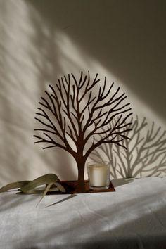 Árbol de hierro oxidado con vela en vaso de cristal. Pvp: 47 €