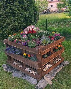 Pallet raised bed with flower planting - Simply garden Little Gardens, Sweet Home, Farm Stand, Outdoor Furniture Sets, Outdoor Decor, Raised Beds, Fence, Home Goods, Flowers