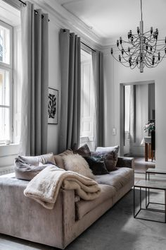 Stuckatur och djupa fönsternischer på plan två i Tritonia Stora Nygatan Interior Desing, Interior Design Living Room, Living Room Designs, Living Room Decor Inspiration, Decoration Inspiration, Decor Ideas, Living Room Grey, Home Living Room, Style Deco