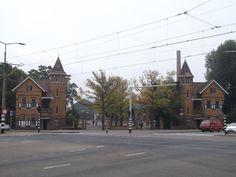 Een hele wijk en een Stadsdeelkantoor van het Laakkwartier zijn gebouwd op de plek waar voor een groot deel van de twintigste eeuw een complex gebouwen van het Openbaar Gemeentelijk Slachthuis bevond.