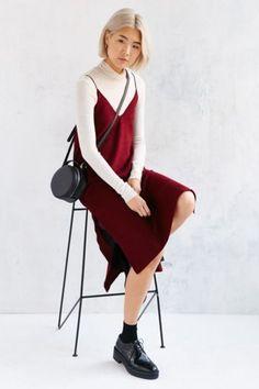 Vuelve uno de los íconos de la moda noventosa: los vestidos tipo camisón con remeras mangas cortas por debajo.