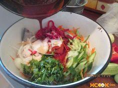 добавляем горячую заправку к рыбе с овощами