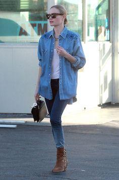 El denim es la clave de este look inspiración de Kate Bosworth con camisa y vaqueros pitillo más camiseta básica y botines con apliques metálicos