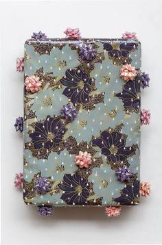 Sin título | Caja de telgopor envuelta en papel de regalo, moños de acetato y acrílico con relieve | 26 x 19 x 9 cm | Colección del artista
