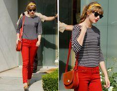 Mais um motivo para desejar uma calça vermelha: com a blusa listrada, como da Tay, fica clássica; com uma camiseta com estampa divertida, supermoderna!
