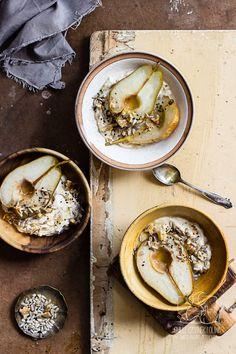 Prosty jesienny deser. Gruszki pieczone z masłem i miodem. Sprawdź!