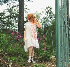 Tekstiilijätteestä mekko.