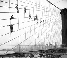 1914 photo provided by the New York City Municipal Archives, painters are suspended from wires on the Brooklyn Bridge in New York. (AP Photo/New York City Municipal Archives, Department of Bridges/Plant & Structures, Eugene de Salignac) Brooklyn Bridge, Ponte Do Brooklyn, Manhattan Bridge, Brooklyn Nyc, Photo New York, Vintage New York, Monochrom, Vintage Photography, Yarns