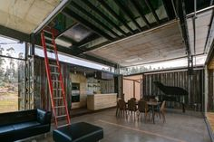 8 Shipping Containers Help Design Sustainable Home in Ecuador…