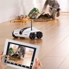 Brookstone : iPhone/iPadアプリで動かせる戦車型カメラ搭載Wifiラジコン「ワイヤレス スパイ タンク(Brookstone「Rover」)」