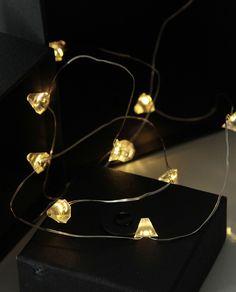 Dew Drop er en serie enkle og vakre lysslynger som er et must for å dekorere ditt bord til konfirmasjon, bryllup og fest! Bruk denne lille slyngen i sølv med diamantformede lys til å pynte ekstra fine gaver til bryllup, konfirmasjon eller spesielle bursdager.
