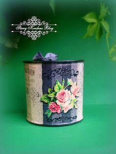 Ocynkowana miarka z odzysku - szarości , róże i czarne reliefy - Decoupage.
