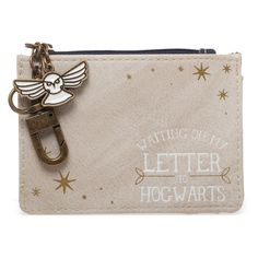 Showcase your love of Hogwarts letter when you store all your valuables in this Harry Potter-inspired wallet. Hedwig Harry Potter, Harry Potter Hogwarts Letter, Funko Pop, Barcelona, Cosplay Harry Potter, Harry Potter Accessories, Harry Potter Merchandise, Branded Wallets, Coin Purse