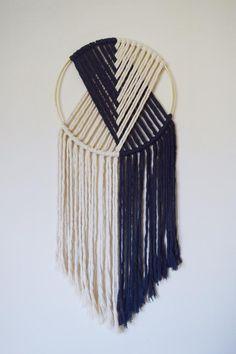 Yarn Wall Art, Yarn Wall Hanging, Diy Wall Art, Hanging Art, Wall Hangings, Wall Hanging Crafts, Wall Decor, Macrame Design, Macrame Art