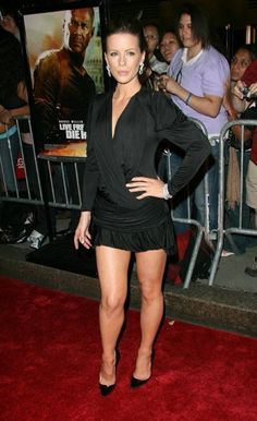 What makes Kate Beckinsale so incredibly sexy? Average Girl, Beautiful Actresses, Beautiful Celebrities, Kate Beckinsale, Beautiful Legs, Sexy Legs, Leather Skirt, How To Look Better, Mini Skirts