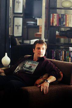 Nathan Fillion as Richard Castle - Castle (Season 1 Episode Still? Best Tv Shows, Favorite Tv Shows, Favorite Things, Castle 2009, Castle Abc, Nathan Fillon, Celebrities Reading, Castle Season, Guys Read