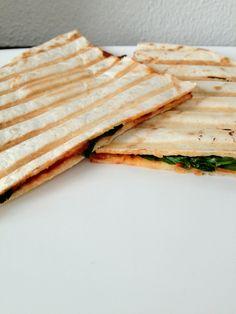 De tortilla pizza: lekker als lichte maaltijd of lunch. Tijd: 15 min. Benodigdheden: Geraspte kaas Tomatenpuree of tomatensaus Mozzarella Oregano Bloemtortilla's Groentes naar keuze Bereidingswijze: Begin met het opwarmen van je tosti-grill en smeer daarna een beetje tomatenpuree/saus op de tortilla. Leg hierna de geraspte kaas, mozzarella, oregano en de eventuele groentes er bovenop. Leg...Lees Meer »