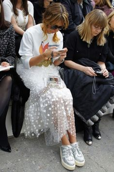 Chanel Show – weißes Outfit, Rock, Freizeitschuhe - Mode Trends Look Fashion, Skirt Fashion, Trendy Fashion, High Fashion, Fashion Show, Fashion Outfits, Womens Fashion, Fashion Design, Fashion Trends