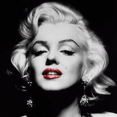 """Una accoppiata incredibile: Pasolini e ... Lella Costa che interpreta la prima parte di questa poesia per poi proseguire parlando di Marilyn e delle donne. Dallo spettacolo """"Amleto, Alice e la Traviata"""": assolutamente coinvolgente.  """"Del mondo antico e del mondo futuro era rimasta solo la bellezza, e tu, povera sorellina minore, quella che corre dietro ai fratelli più grandi, e ride e piange con loro, per imitarli, e si mette [...]""""  #pasolini, #lellacosta, #marilynmonroe, #donne,"""