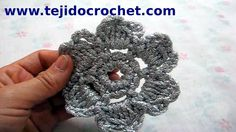 Como tejer una flor pequeña en tejido crochet tutorial paso a paso.