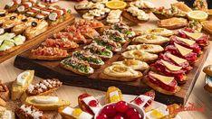 Idei-de-platouri-cu-aperitive-6 Finger Food Appetizers, Finger Foods, Appetizer Recipes, Party Food Buffet, Mini Cupcakes, Bruschetta, Pasta Salad, Mozzarella, Guacamole