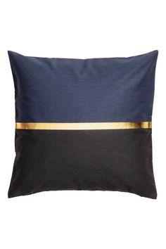 Funda de cojín bicolor: Funda de cojín en sarga de algodón con estampado bicolor y franja dorada. Cremallera oculta.