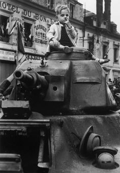 'Tank Boy' In the liberation of Paris , Chartres,... - Historical Times