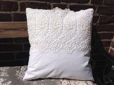 Kissen, weiß, Landhausstil, Vintage, breite Spitze von elysium auf DaWanda.com