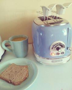 Una buona colazione fa apparire bello anche il lunedì. Vi auguro un buon inizio settimana amici. ☕🍞