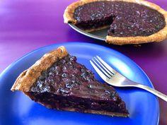 J'adore les bleuets (ou les myrtilles pour nos cousins français). Ma mère cuisine toujours des tartes aux bleuets… mais je les trouve trop sucrées. (Désolée maman!) Pourquoi faut-il que les tartes soient toujours hyper sucrées? J'avais le goût d'un dessert santé qu'on peut manger à volonté et SANS CULPABILITÉ. Une tarte qui goûterait le frais... Tarte Caramel, Biscuits Graham, Le Diner, Pie Dessert, Beachbody, Just Desserts, Steak, Muffins, Deserts