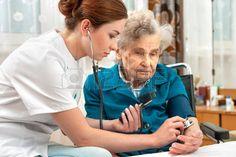 Enfermera medir la presi�n arterial Mujer de la mujer mayor photo